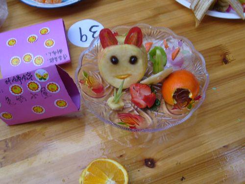 """和幼儿园的小朋友一起做的""""迎奥运""""水果拼盘"""