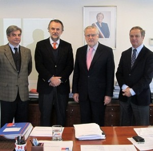 智利种植商协会主席Juan Carolus Brown(左二)、智利能源部长Máximo Pacheco(右二)
