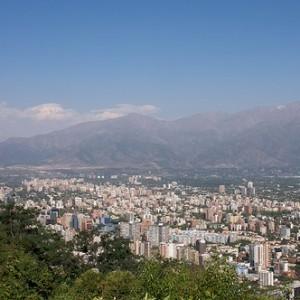 图片:智利首都圣地亚哥。来源:Aram K, Flickr Creative Commons